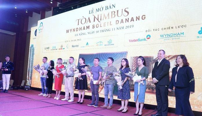 Đại diện chủ đầu tư dự án Wyndham Soleil Danang tặng hoa cho khách hàng trong lễ mở bán